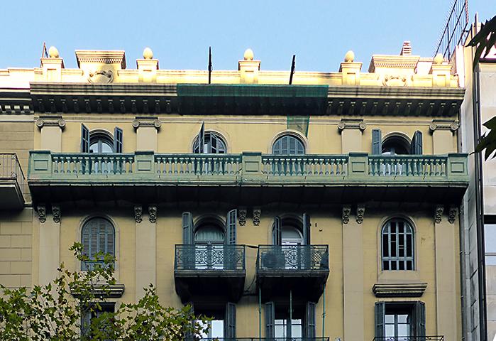 Obres a la façana principal del Carrer Mallorca 281